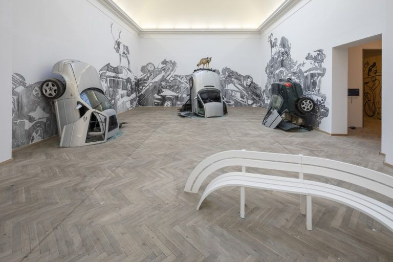 BIG ART på Kunsthal Charlottenborg - BILLEDSERIE</br>'Big Art', Jeppe Hein 'Modified Social Bench' (2012) og Victor Ash 'Car Mountains' (2018).</br>Foto: Anders Sune Berg