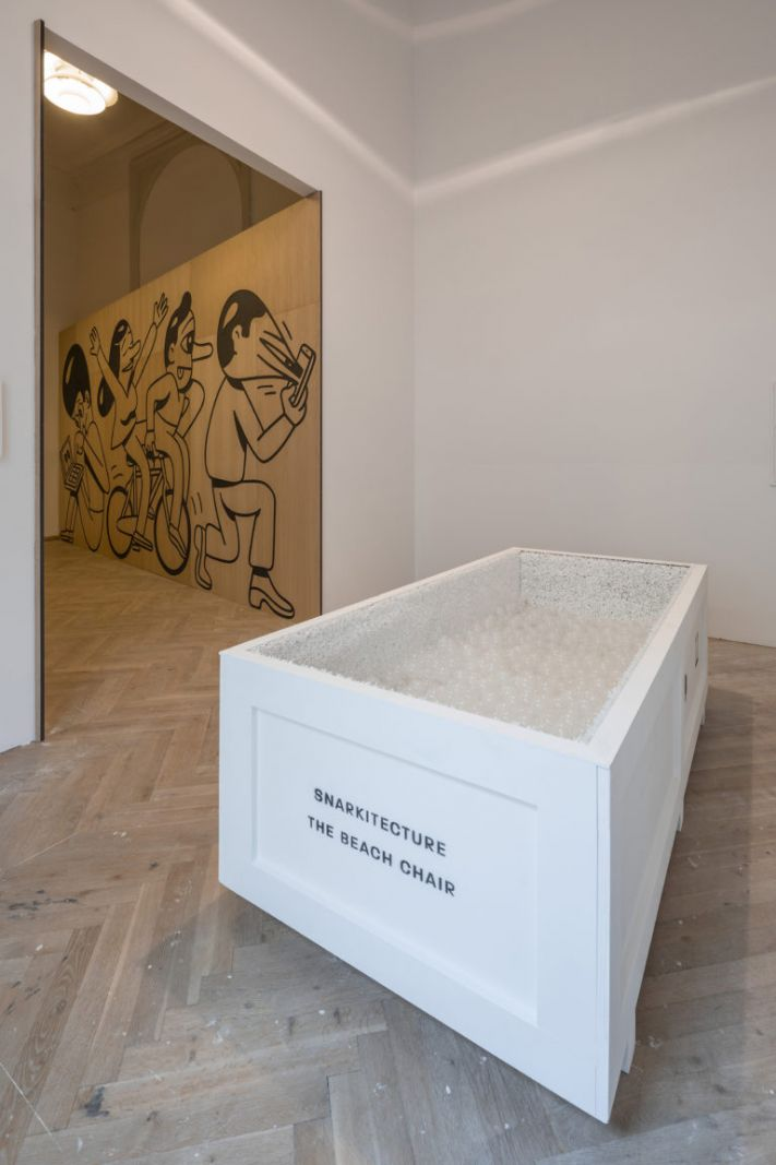 BIG ART på Kunsthal Charlottenborg - BILLEDSERIE</br>'Big Art', Snarkitecture, 'The Beach Chair' (2016). Og HuskMitNavn 'Salad Days' i baggrunden.</br>Foto: Anders Sune Berg