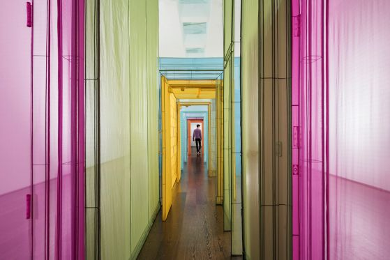 Hvordan kan man føle sig hjemme som et moderne, omrejsende og rodløst menneske?</br>Udstillingen på ARoS viser Do Ho Suhs gennemgansrum. Installation view, Do Ho Suh: Passage/s. 2017
