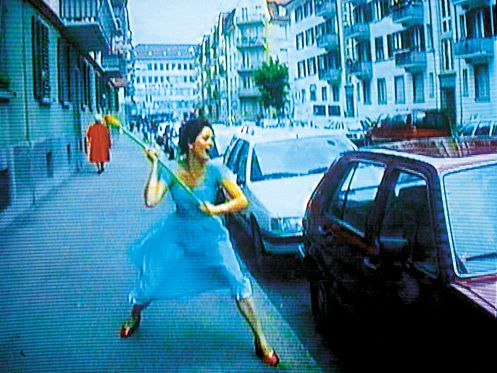 I en fortryllet verden</br>Pipilotti Rist. Ever Is Over All, 1997
